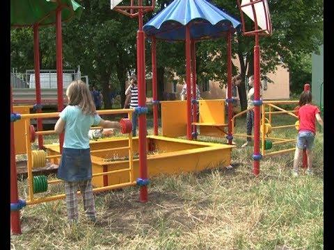 В Новомосковске продолжается строительство детских площадок