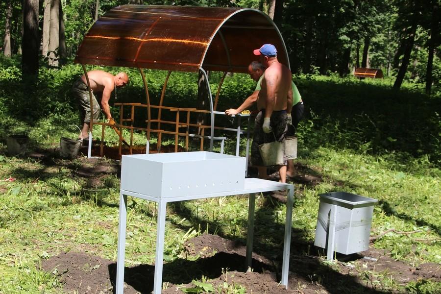 В Новомосковске обустроили зону отдыха в городском парке