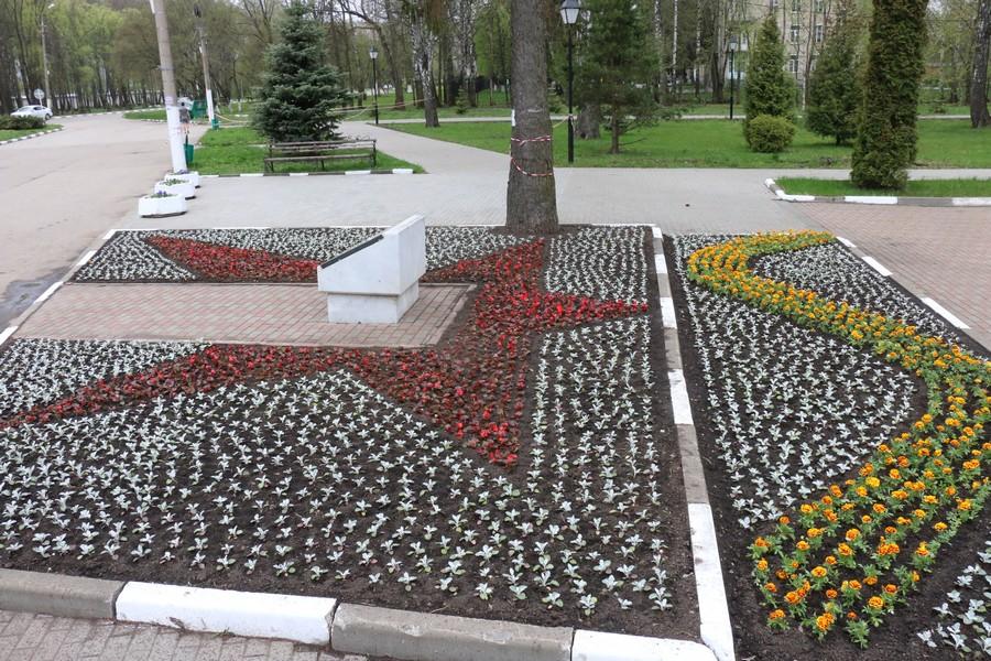 Новомосковск украшают цветами