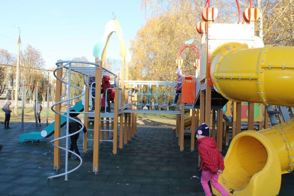 В Новомосковске монтируют пять новых детских площадок