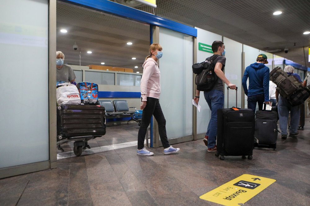 Всех прибывающих из-за границы россиян обязали сдавать тест на коронавирус